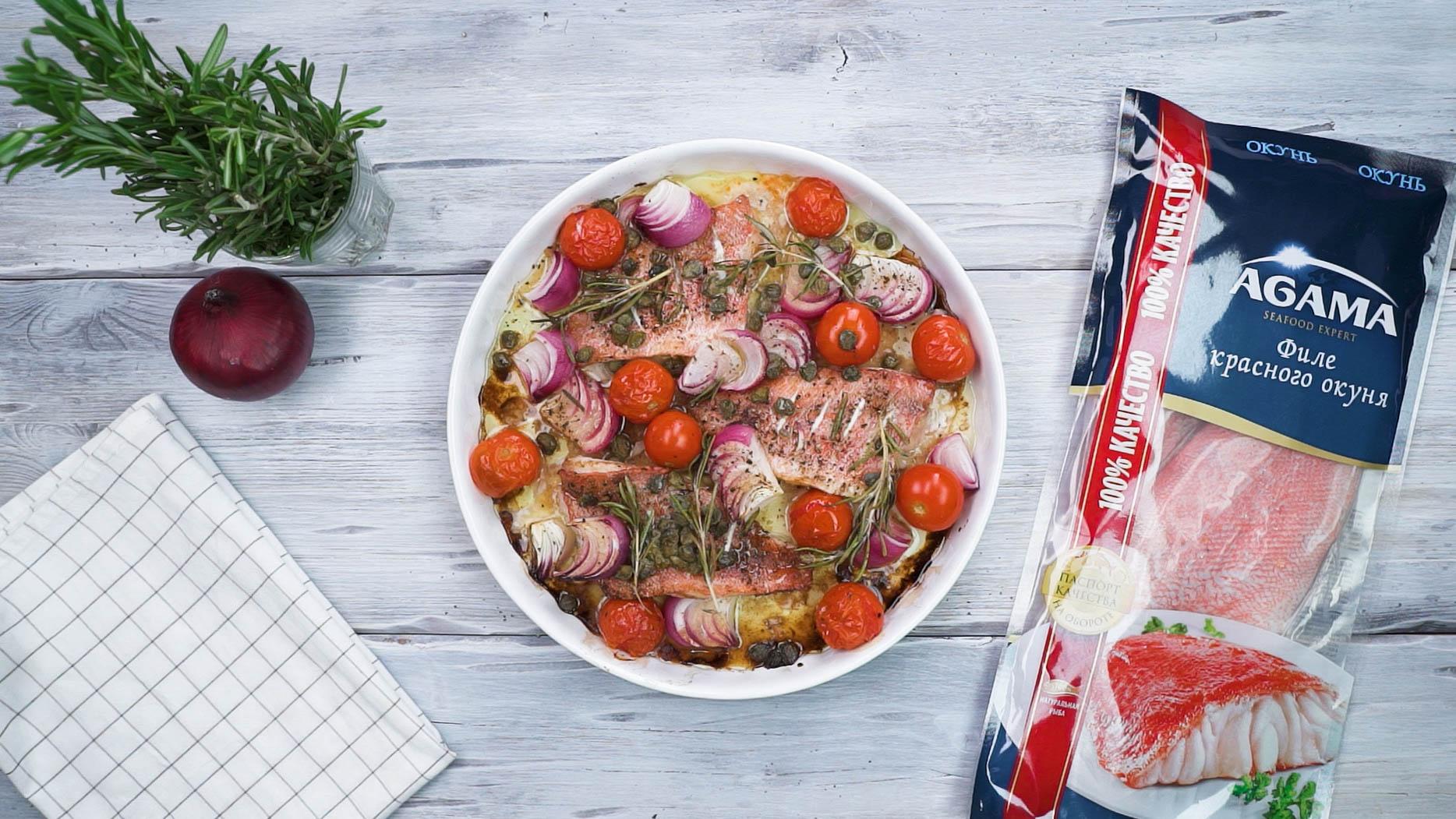 Запеченный морской окунь с помидорами и розмарином