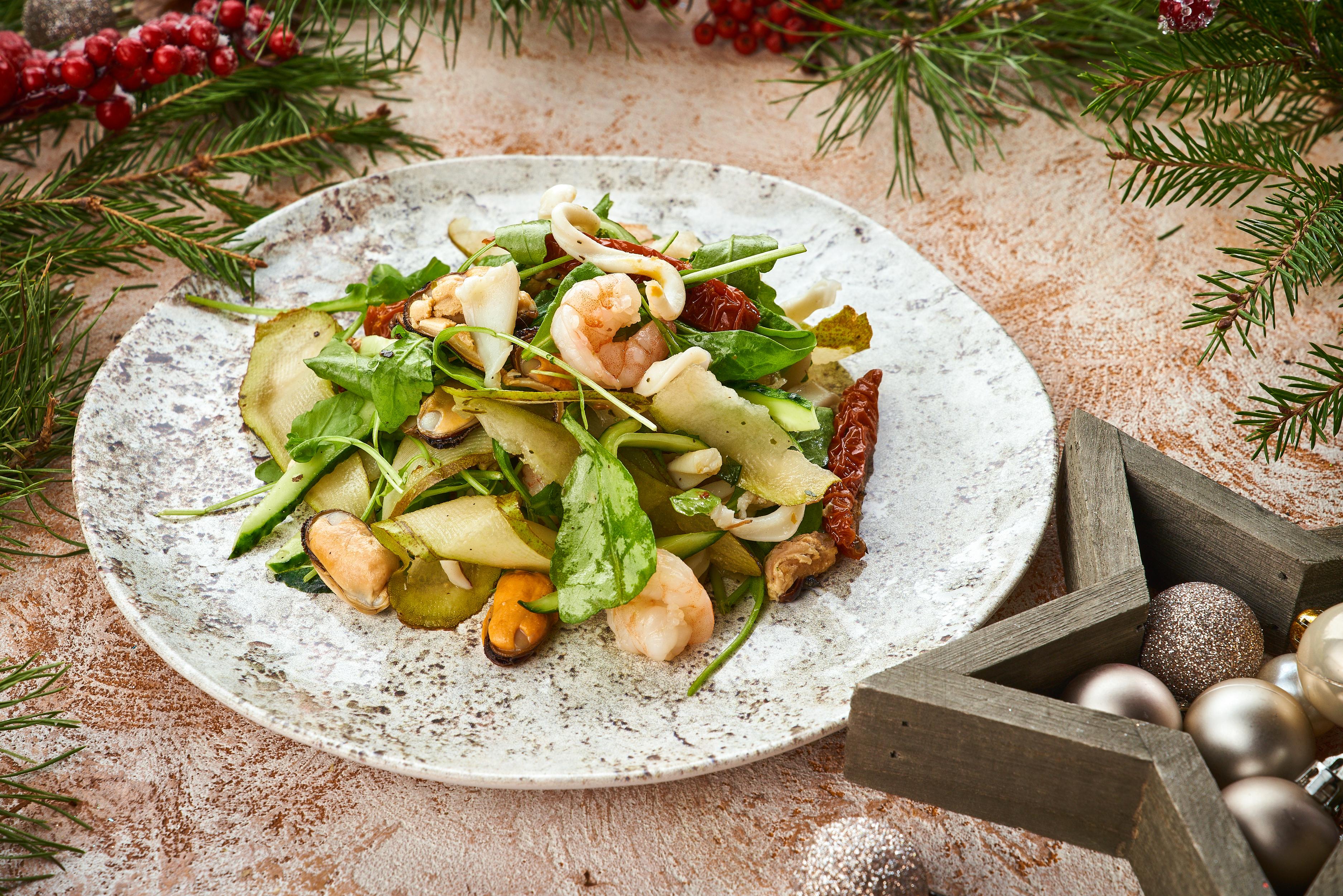 Салат с морепродуктами и грушей